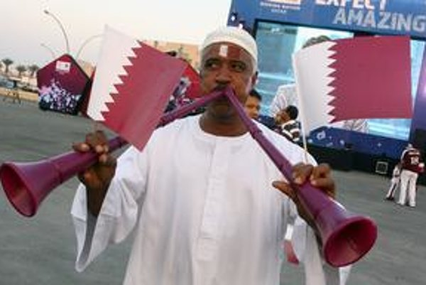 Fanúšik z Kataru oslavuje pridelenie majstrovstiev sveta 2022 svojej krajine.