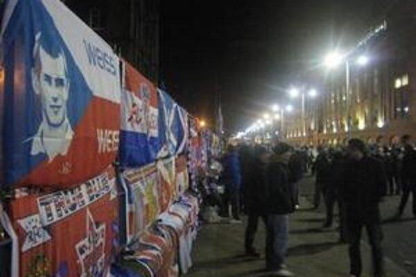 Vlajka s podobizňou Vladimíra Weissa ml. (vľavo)