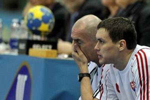 Tréner slovenských hádzanárov Zoltán Heister (vľavo) a Peter Kukučka.