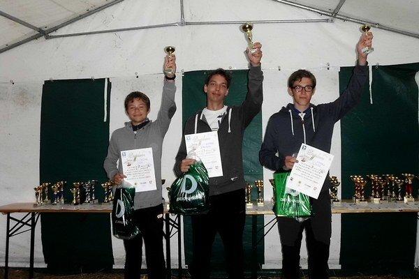 Víťazi Svetového pohára v Poľsku. Druhý skončil Michal Ježík (vľavo) a tretí bol Samuel Slávka (vpravo).