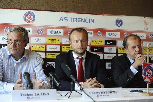 Majiteľ AS Trenčín Tschen La Ling, generálny manažér Róbert Rybníček a primátor mesta Richard Rybníček.