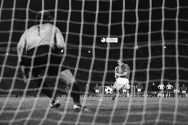 Masný premieňa jedenástku v penaltovom rozstrele finále ME 1976.