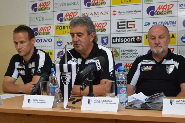 Zľava: kapitán tímu Peter Solnička, tréner Peter Gergely a manažér Jaroslav Holeščák.