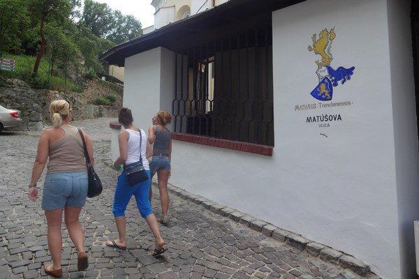 Matúšova ulica má nový maľovaný názov.