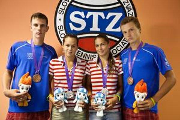 Slovenskí medailisti z olympijských hier mládeže v Singapure. Zľava Filip Horanský (bronz vo štvorhre), Jana Čepelová (bronz vo dvojhre a striebro vo štvorhre), Chantal Škamlová (striebro vo štvorhre) a Jozef Kovalík (bronz vo štvorhre).