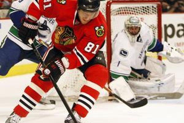 Marián Hossa získal v poslednej sezóne v drese Chicaga Stanley Cup.