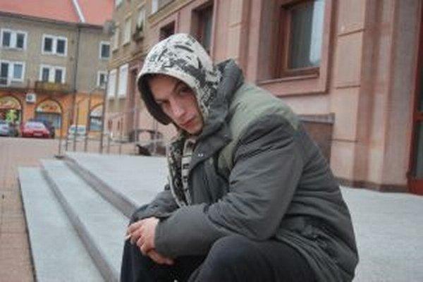 Novomestský raper nezatvára pred problémami oči