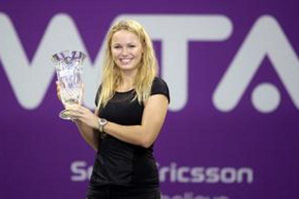 Caroline Wozniacka s trofejou pre koncoročnú svetovú jednotku, pohár dostala vo štvrtok v Dauhe. Vlani uzavrela sezónu na 4. mieste, 2008 - 12. , 2007 - 64., 2006 - 237. miesto.