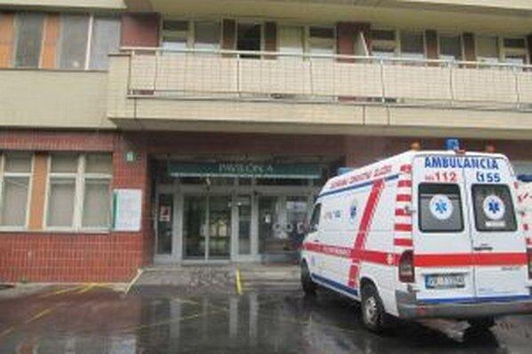 Sanitky vozia pacientov do iných nemocníc.
