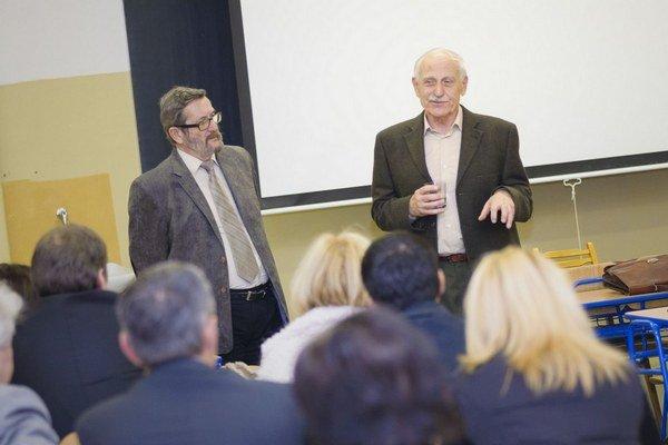 Profesor Gavora počas diskusie.