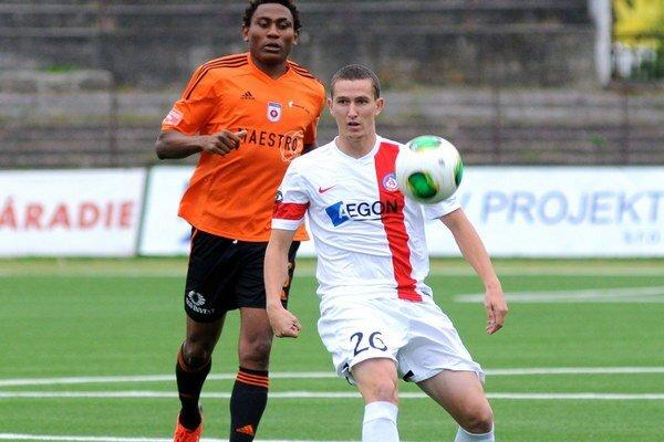 Tawamba (vľavo) strelil jediný gól zápasu.