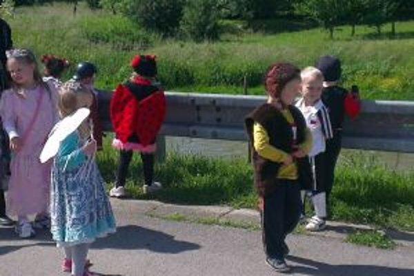 Učiteľky sa snažia deti zaujať aktivitami.
