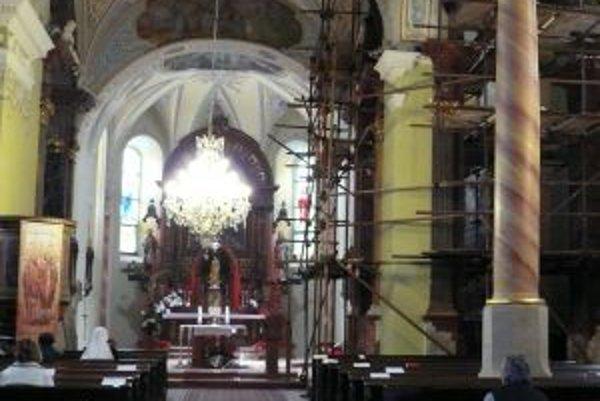 Interiér farského kostola sa naďalej rekonštruuje.