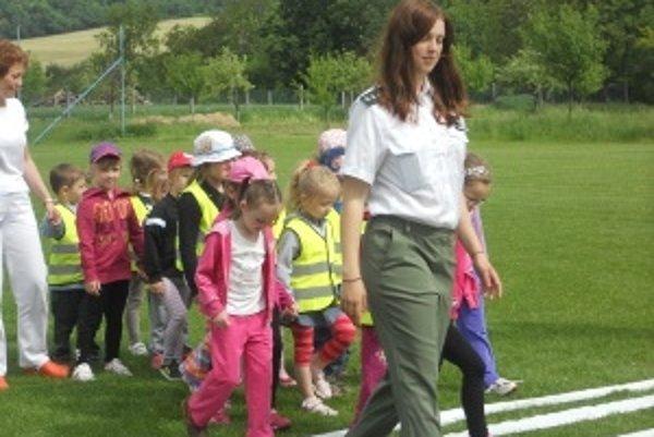 Deti spokojne kráčali vedľa policajtky.