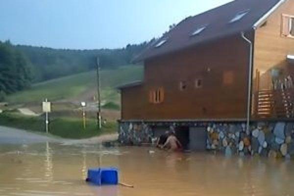 Voda z búrky siahala ľuďom až po pás.