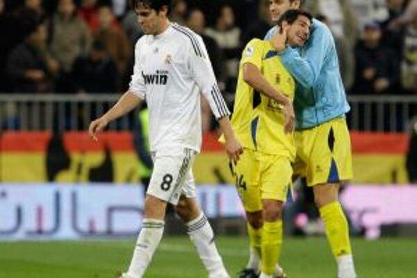 Hviezda Realu Kaká (v bielom) opúšťa trávnik po pohárovej odvete s Alcorconom.