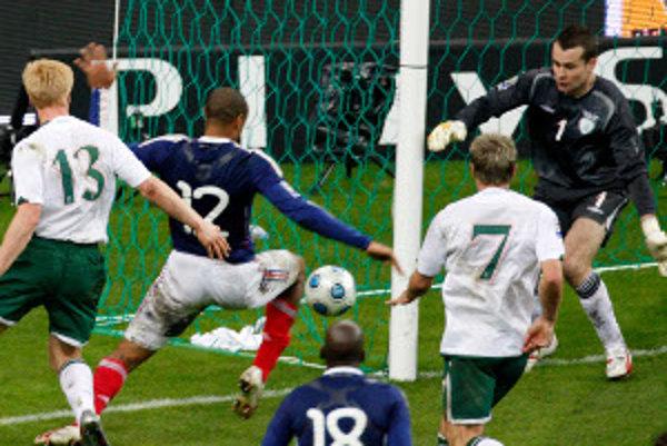 Thiery Henry prihráva na víťazný gól Francúzska, po tom ako si spracoval loptu rukou.