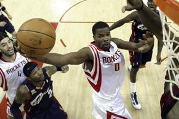 Aaron Brooks z Houstonu (s loptou) vo výskoku. Sleduje ho Mo Williams z Clevelandu.