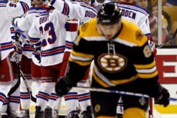 Radosť hráčov NY Rangers, ktorým sa podarilo zvíťaziť na ľade Bostonu. V popredí Miroslav Šatan.