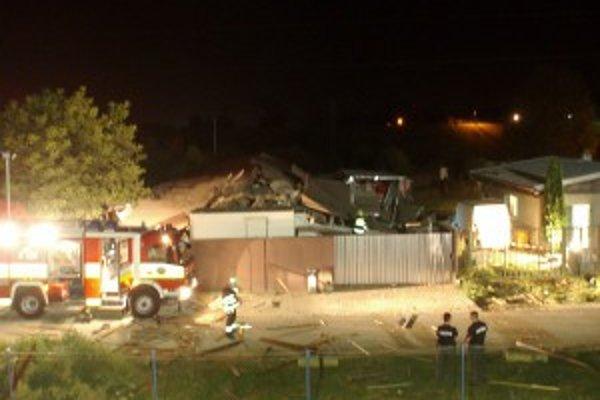 Výbuch zničil jednopodlažnú budovu.