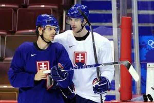 Zdeno Chára (vpravo) s Michalom Handzušom na tréningu slovenskej hokejovej reprezentácie na zimných olympijských hrách vo Vancouvri.