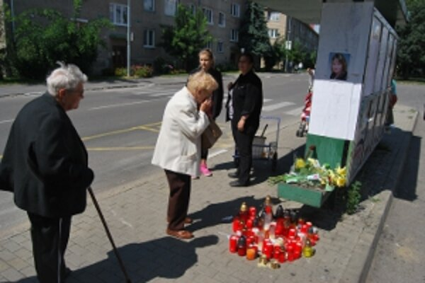 Novomešťania sú tragédiou otrasení, nosia kvety a zapaľujú sviečky.