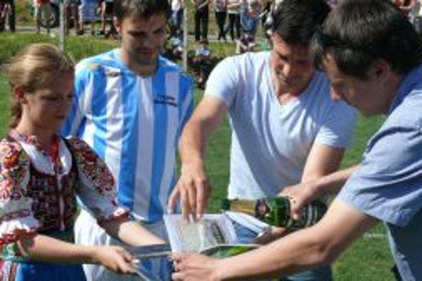 Krstným otcom publikácie o dolnoporubskom futbale bol bývalý reprezentant Slovenska Samuel Slovák (v strede).