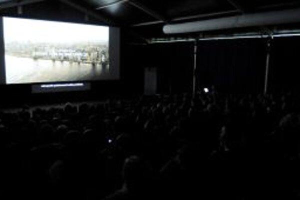 Návštevníci pozerajú film v Kinostane.
