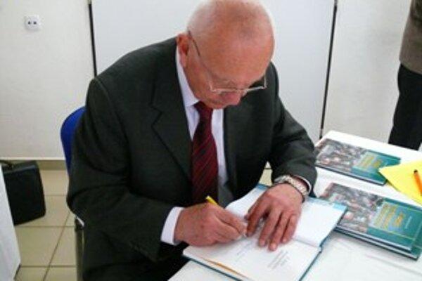 František Jaroš knihu predstavil v trenčianskej nemocnici.
