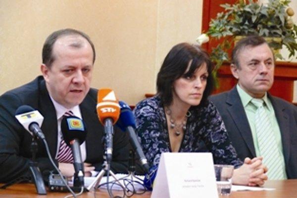 Viceprimátori boli pôvodne dvaja, po odvolaní Milana Kováčika (vpravo) zostala jedinou zástupkyňou primátora Renáta Kaščáková.