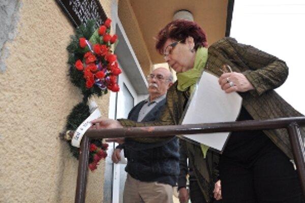 Kvety pod pamätnú tabuľu umiestnili Jozef Znášik a Emília Peťovská, predsedníčka ZO SZPB z Bánoviec nad Bebravou.