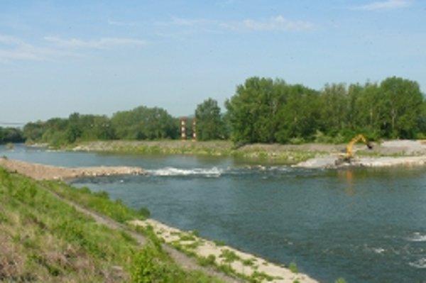 Na výstavbe nového mosta už začali stavebné práce.
