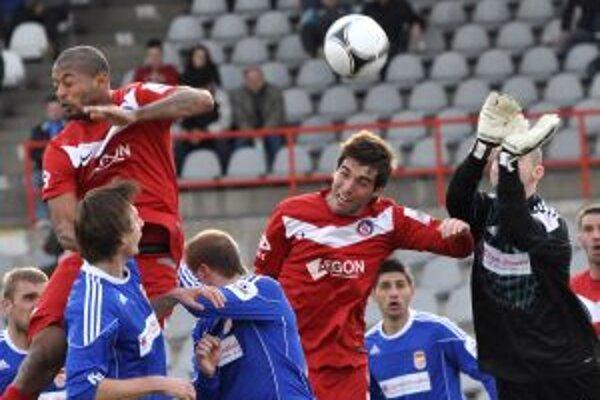 Hráči AS Trenčín Lestrer Peltier, David Depetris a brankár Dukly Banská Bystrica Tomáš Belic. T