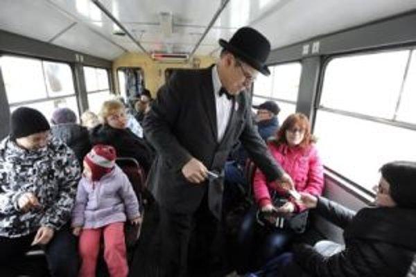 Revízor kontroluje lístky cestujúcim v električke počas jej prvej jazdy po zrušení pravidelnej železničnej dopravy na úzkorozchodnej trati Trenčianska Teplá-Trenčianske Teplice.