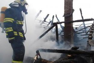 Príčinou požiaru bolo vznietenie od komínového telesa