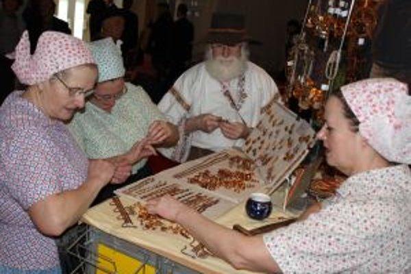 Účinkujúci z Myjavy a z Gazdovského dvora z Turej Lúky  predvádzali tradičné ženské zimné práce.