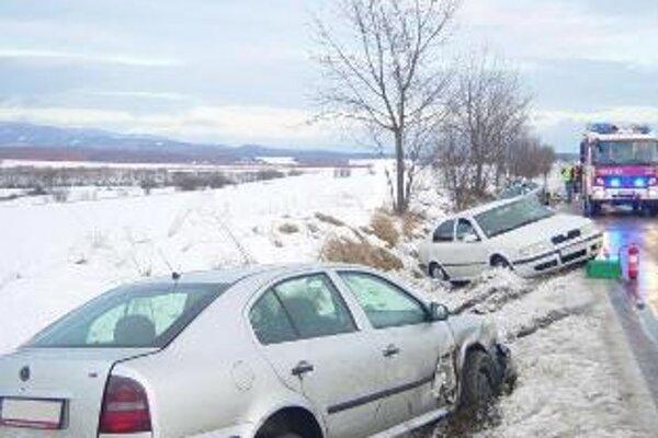 Tri osobné autá po zrážke skončili v priekope