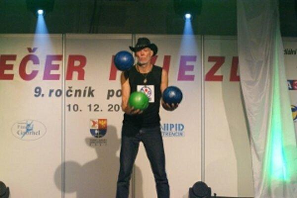 Milan Roskopf s tromi bowlingovymi gulami vytvoril v žonglovani úspešný pokus o zápis do Guinessovej knihy rekordov.