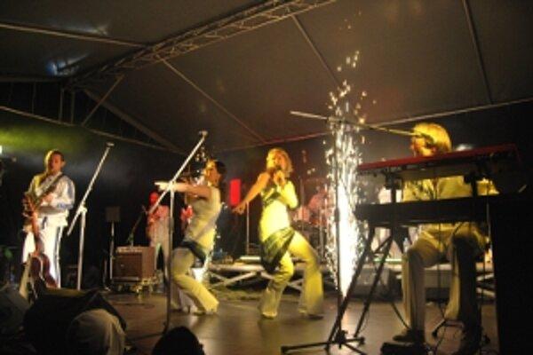 ABBA World Revival Pražská kapela zaplnila celé námestie.