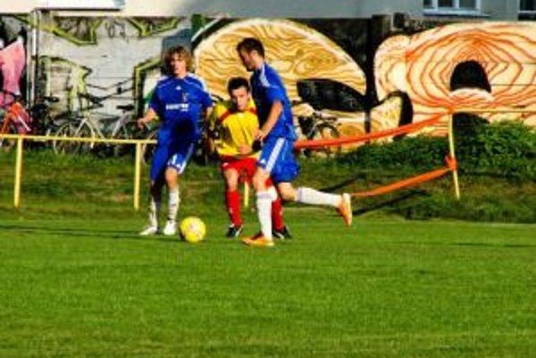 Chocholná-Velčice (v modrom) po minulotýždňovej prehre zvíťazila v Tr. Jastrabí presvedčivo 3:0.
