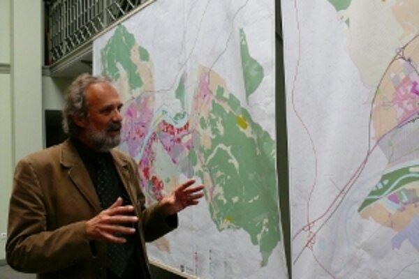 Architekt Dušan Kostovský z firmy Aurex pri prezentácii konceptu územného plánu.