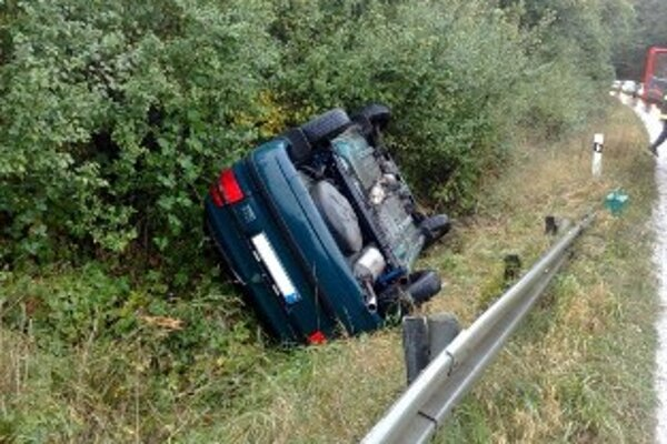 Jedno z áut po nehode skončilo v priekope.
