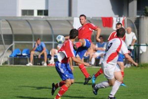 Stankovčania (v červeno-modrom) porazili nováčika z Prečína presvedčivo 4:0.