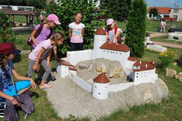 Veľkým lákadlom pre najmenších je aj model hradu Korlátka