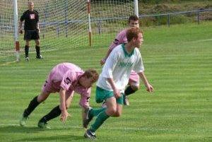 Horná Súča (v ružovom) zvíťazila nad Tr. Jastrabím (bielo-zelení) 1:0, no na prvenstvo im to nestačilo.