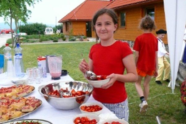 Sezónu zberu jahôd otvorili jahodovým pohostením a programom pre deti.