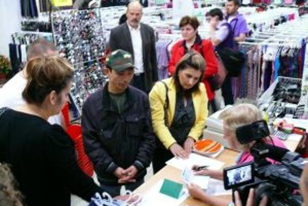 Inšpektori kontrolovali obchod s textilom.
