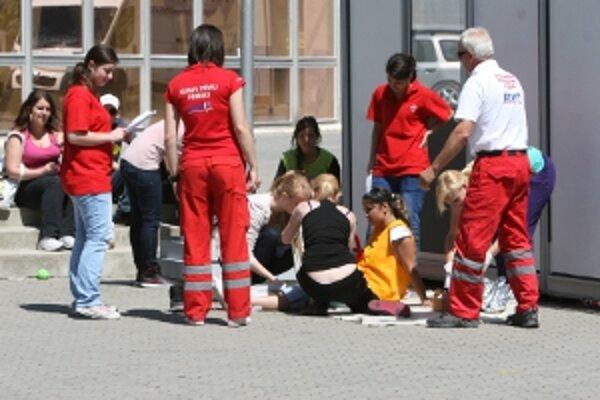 Počas výstavy súťažili žiaci stredných škôl trenčianskeho kraja v poskytovaní prvej pomoci.