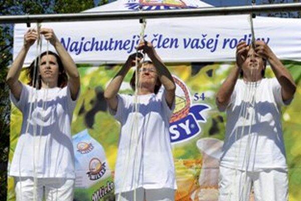 Víťazka Emília Kyselicová (vpravo) v súboji s kolegyňami.