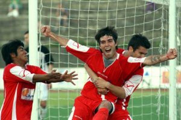 David Depetris (v strede)si v súboji s Púchovom pripísal 28. a 29. gól v ročníku a je hlavný strojcom postupu AS do Corgoň ligy.